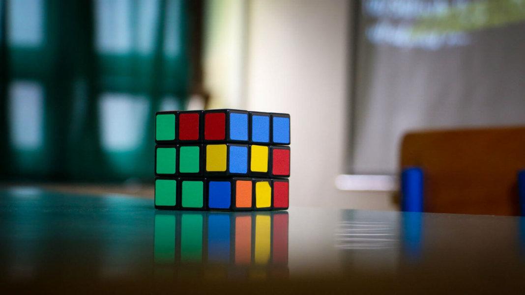 lego-robot-sovles-rubiks-cube