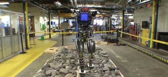 Atlas-Bipedal-Robot-Hikes-Rocks (1)