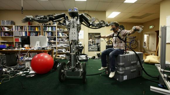 robot-man-control-2