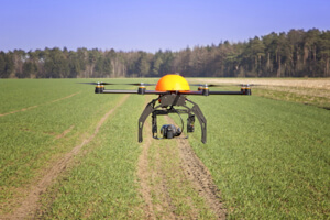 Farmers are using drones to provide detailed,low-altitude images of crops.