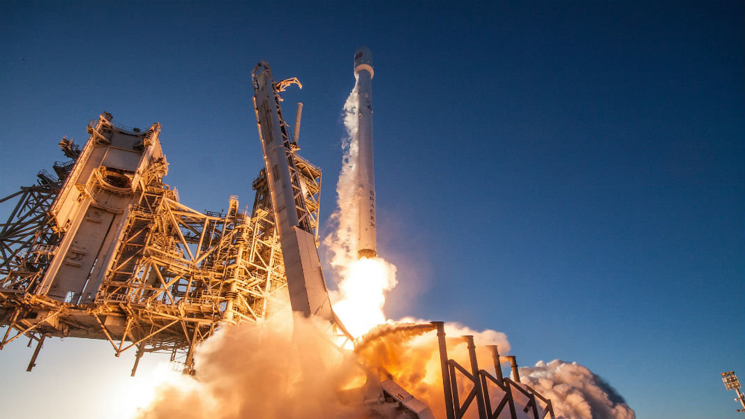 SpaceX-rocket-lift-off