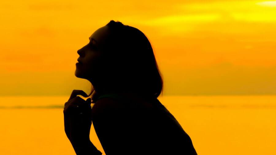 tech-track-boost-erase-human-memory-neuroscience-silhouette-beautiful-woman-golden-skylight-reflecting