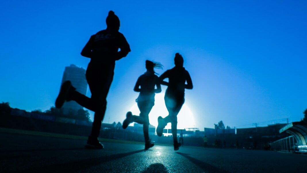runners outside exercise brain health