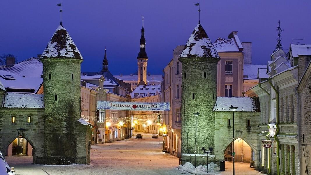 Эстония Таллинн старый город ночной вид