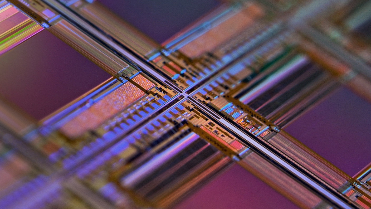 macro computer chips on silicon wafer com.