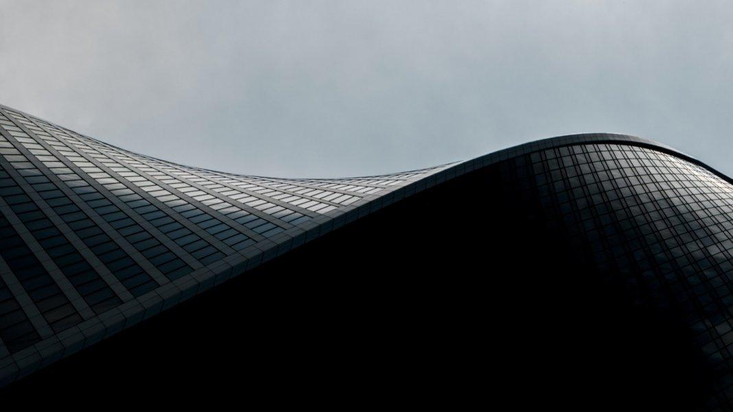 tech stories curving architecture building sky